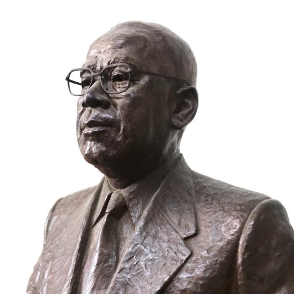創業者である弘田誠男の銅像です。社長室で会社の成長を見守ってくれています。