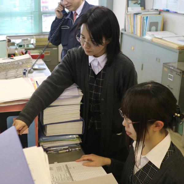 会社を支える女性社員たちです。工事書類の作成や事務を担当しています。